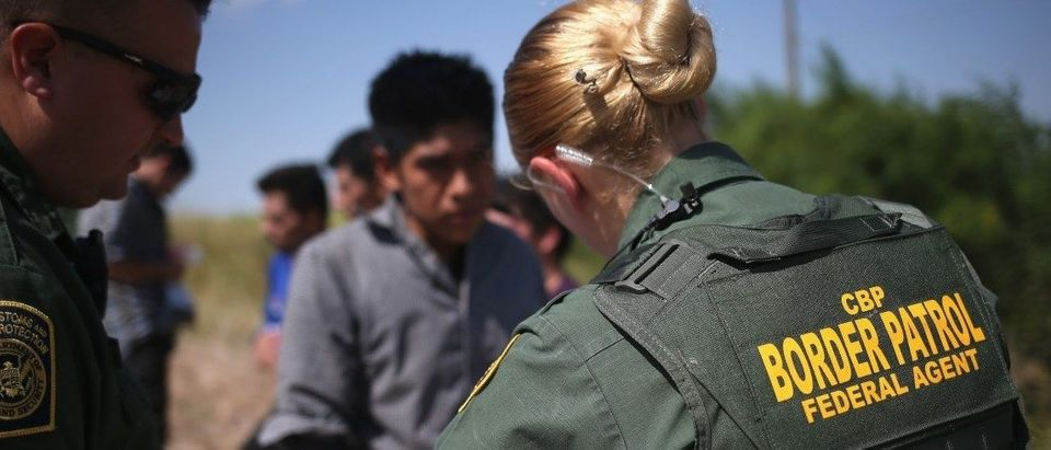 U.S. Border Patrol agents detain undocumented immigrants after they crossed the border from Mexico into the United States on August 7, 2015 in McAllen, Texas. (Photo by John Moore/Getty Images)