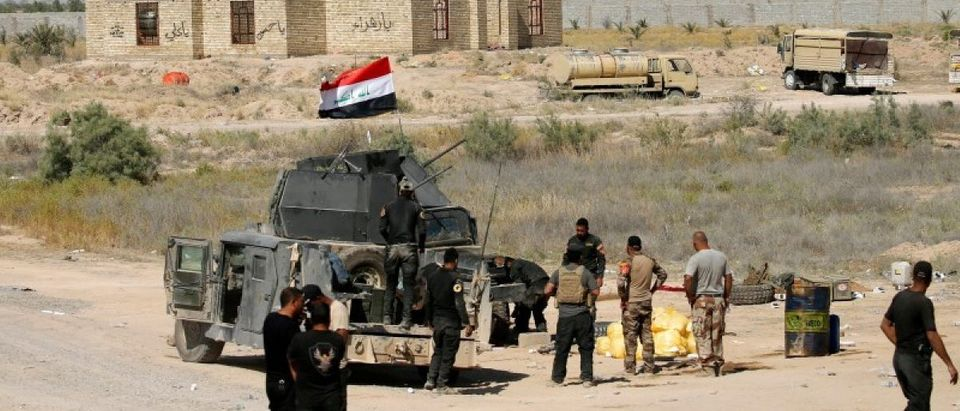Iraqi security forces gather near Falluja