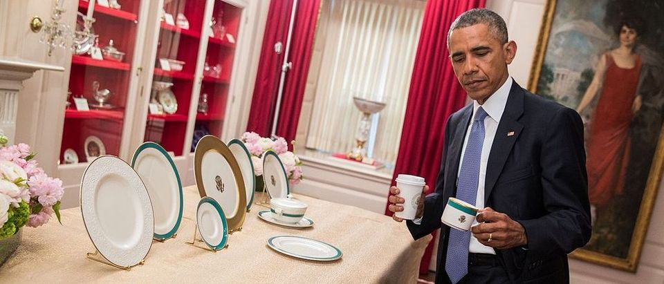 President_Barack_Obama_inspects_new_china_service_2015