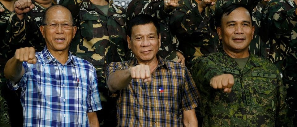 """Duterte makes a """"fist bump"""" in Tanay"""