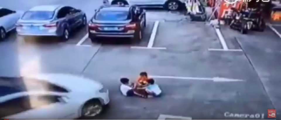 Three Chinese children get run over by car