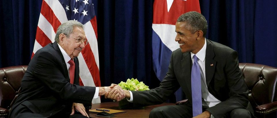 U.S. President Barack Obama (R) and Cuban President Raul Castro shake hands at the start of their meeting at the United Nations General Assembly in New York September 29, 2015. REUTERS/Kevin Lamarque