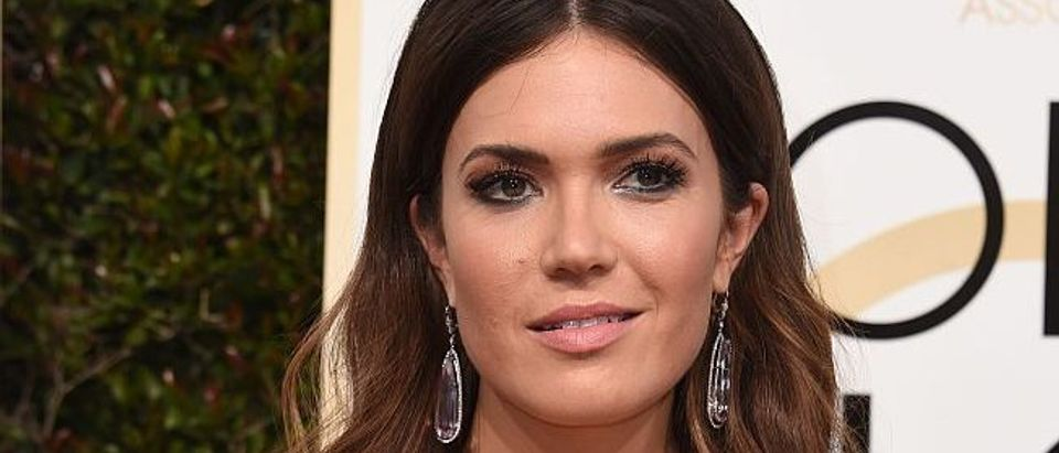 Singer Mandy Moore arrives at the 74th annual Golden Globe Awards, January 8, 2017, at the Beverly Hilton Hotel in Beverly Hills, California. / AFP / VALERIE MACON (Photo credit should read VALERIE MACON/AFP/Getty Images)