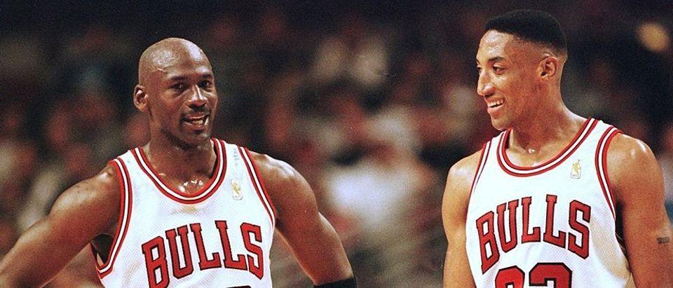 Michael Jordan (L) and Scottie Pippen (R) of the C