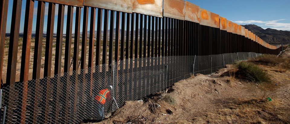 U.S. worker inspects a section of the U.S.-Mexico border wall at Sunland Park, U.S. opposite the Mexican border city of Ciudad Juarez(PHOTO: REUTERS/Jose Luis Gonzalez)