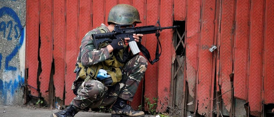 Government soldier fighting the Maute group takes up position in Marawi