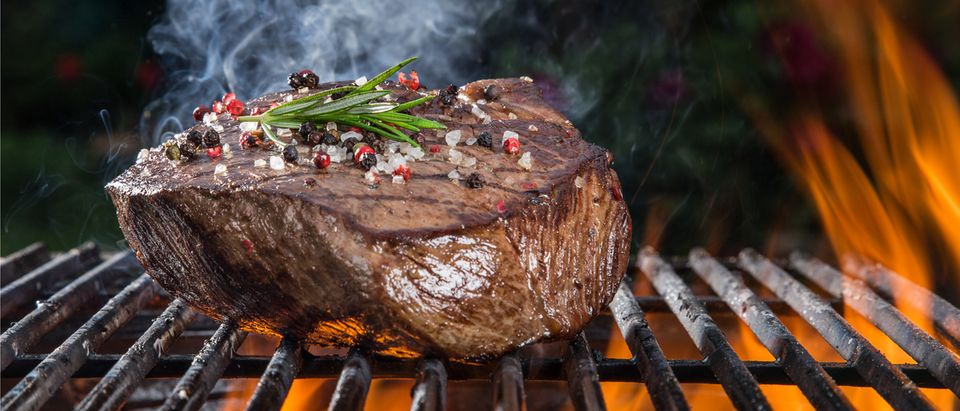 Close-up of a juicy steak on the grill (Photo: Shutterstock/Lukas Gojda)