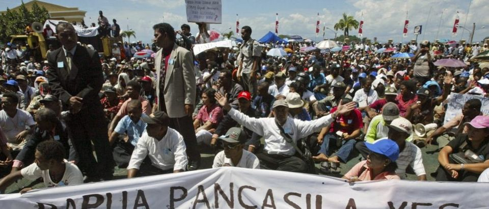 Christian Papuans rally in Jayapura of the Indonesia Papua province August 5, 2008. About 1,000 Papuan protested against Indonesian government's plan to implement Islamic sharia law in the Christian stronghold. REUTERS/Oka Barta Daud