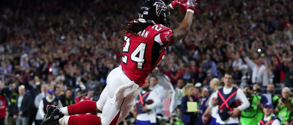 Devonta Freeman #24 of the Atlanta Falcons scores a touchdown on a 5 yard run against the New England Patriots in the second quarter during Super Bowl 51 at NRG Stadium on February 5, 2017 in Houston, Texas. (Photo by Tom Pennington/Getty Images)