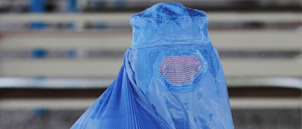 An Afghan refugee woman waits to be repatriated to Afghanistan, at the United Nations High Commissioner for Refugees (UNHCR) office on the outskirts of Peshawar, Pakistan April 3, 2017 . REUTERS/Fayaz Aziz - RC17859AB200