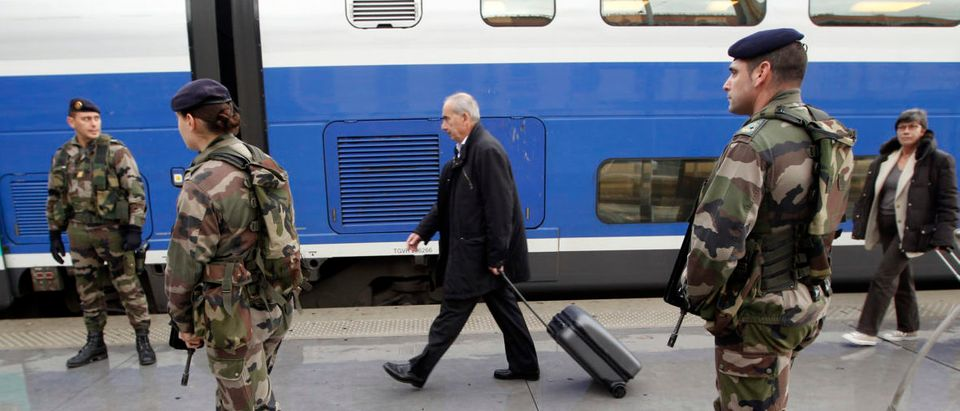 "French soldiers patrol in the Marseille railway station November 10, 2010 as French government reinforces ""Vigipirate"" public security plan. REUTERS/Jean-Paul Pelissier (FRANCE - Tags: TRANSPORT MILITARY) - PM1E6BA0Z8E01"