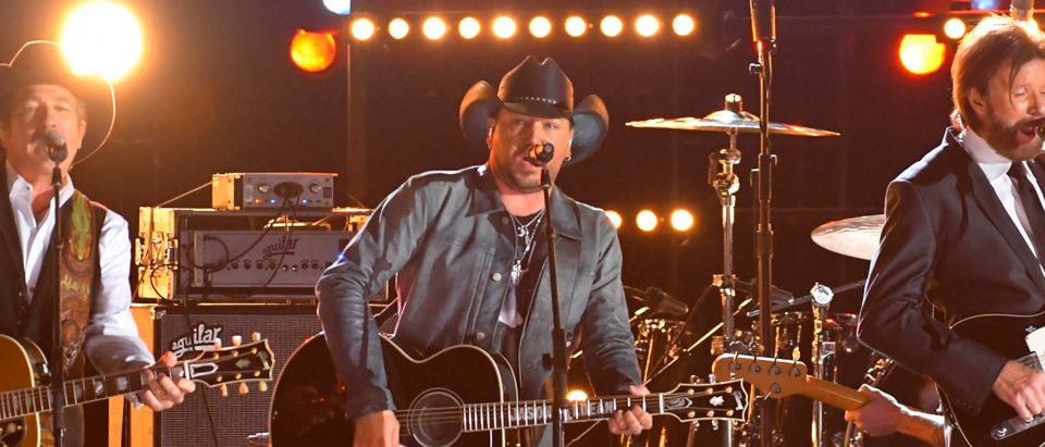 """Jason Aldean (C) performs """"Brand New Man"""" with Brooks & Dunn at the 50th Annual Country Music Association Awards in Nashville, Tennessee, U.S., November 2, 2016. (REUTERS/Harrison McClary)"""