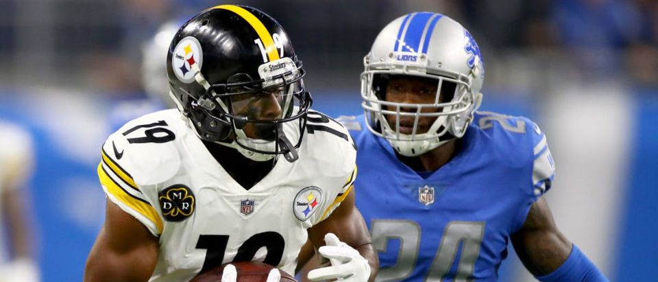 Wide receiver JuJu Smith-Schuster #19 of the Pittsburgh Steelers runs with the ball after a making a catch against cornerback Nevin Lawson #24 of the Detroit Lions at Ford Field on October 29, 2017 in Detroit. (Photo by Gregory Shamus/Getty Images)