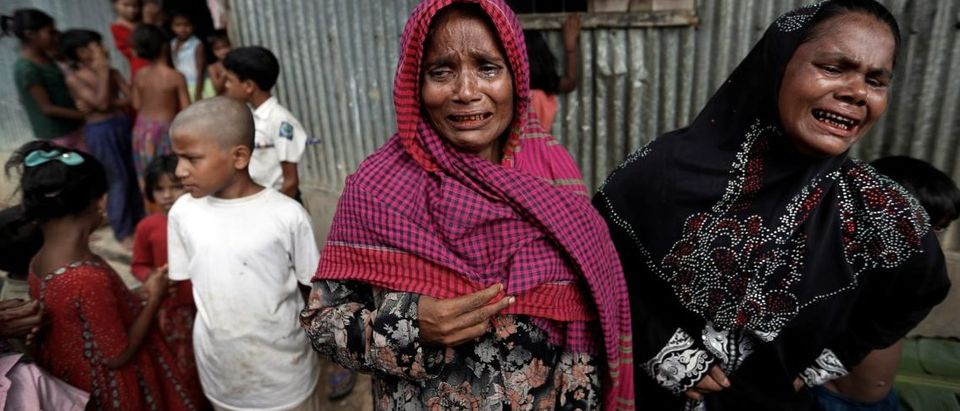 Rohingya refugees react before the funeral of a family member, whose family says he succumbed to injuries... 29 Sep. 2017 (REUTERS/Cathal McNaughton)