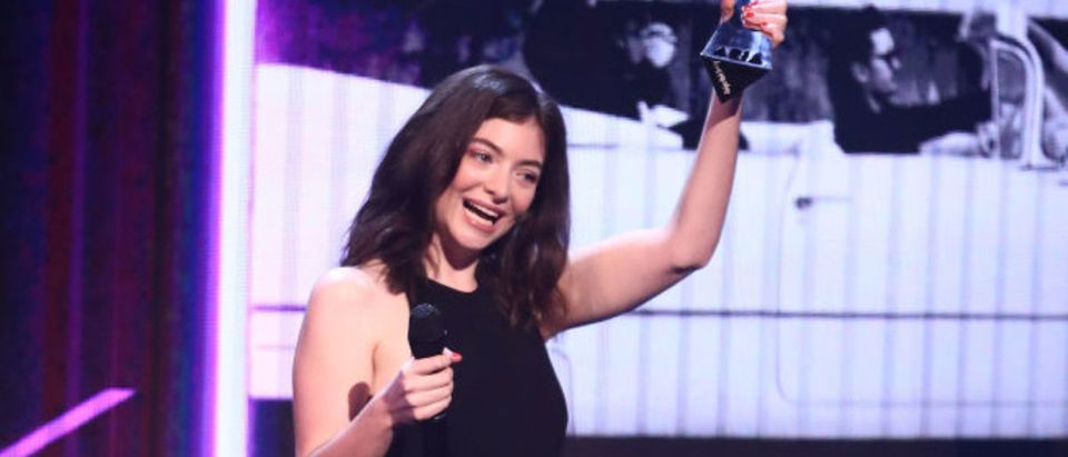 Lorde presents Peking Duck with the ARIA for Song of The Year during the 31st Annual ARIA Awards 2017 at The Star on November 28, 2017 in Sydney. (Photo by Scott Barbour/Getty Images for ARIA)