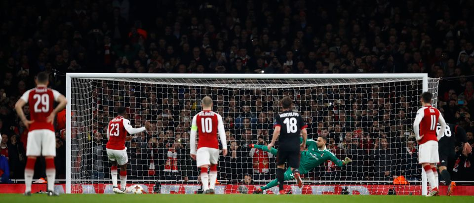 Danny Welbeck of Arsenal scores from the penalty spot during the UEFA Europa League Round of 16 Second Leg match between Arsenal and AC Milan at Emirates Stadium on March 15, 2018 in London, England. (Photo by Julian Finney/Getty Images)