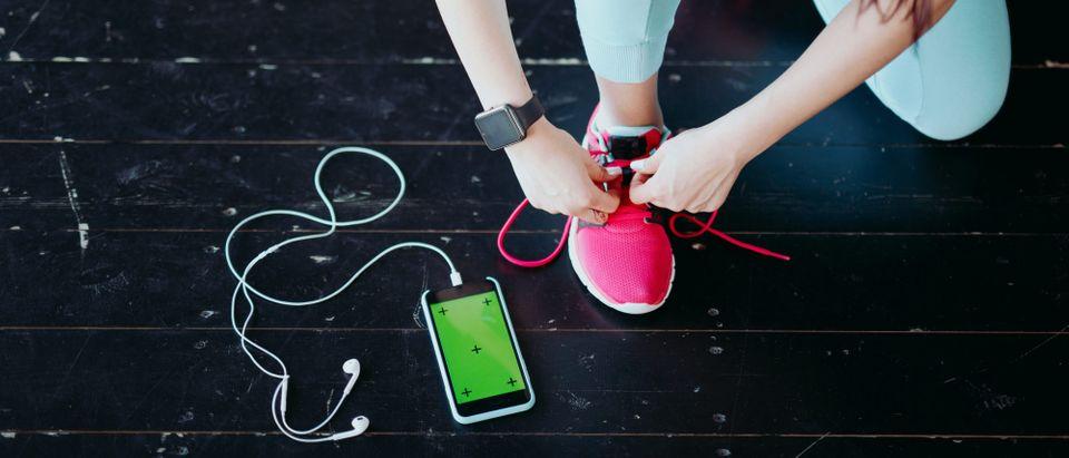 Woman using fitness app (Photo: Shutterstock)