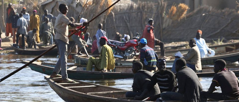 People cross Lake Chad in canoes in Ngouboua, Chad, January 19, 2015. REUTERS/Emmanuel Braun