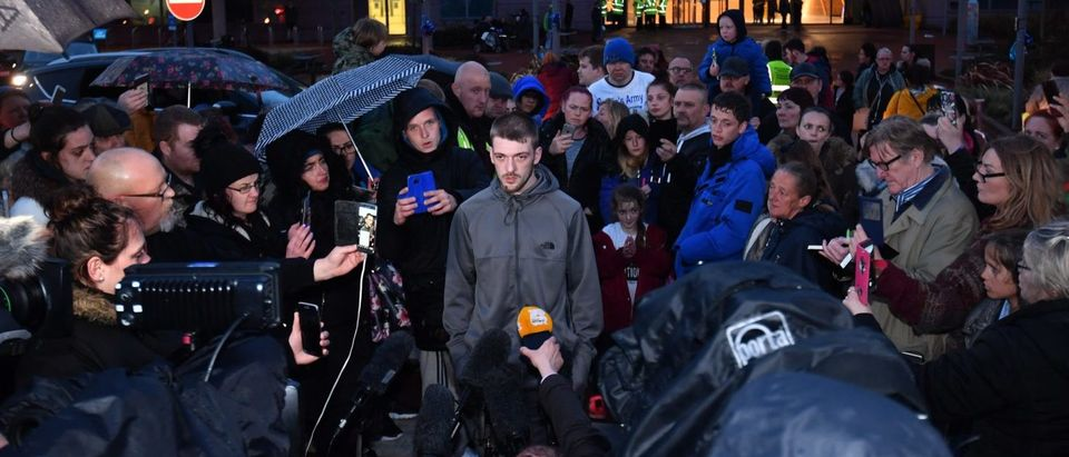 LIVERPOOL, ENGLAND - APRIL 24: Tom Evans, father of Alfie Evans, speaks to media outside at Alder Hey Children's Hospital on April 24, 2018 in Liverpool, England. Earlier today, Tom Evans the father of seriously ill, 23-months-old, Alfie Evans has said his son is breathing unassisted after the toddler's life support was turned off on Monday. A judge ruled on Thuesday that Alfie's parents are not allowed to take their son for treatment to Italy. (Photo by Anthony Devlin/Getty Images)