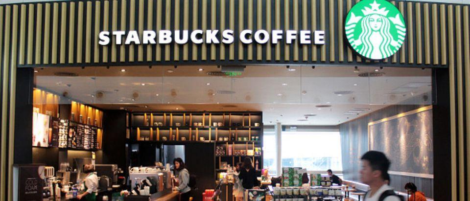 Starbucks will close over 8000 direct-sale store to take anti-racial discrimination train