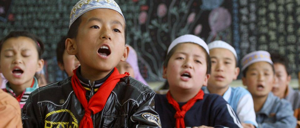 Children of the Chinese Hui minority attend an English class at a primary school for ethnic Hui students in Linxia, Gansu province June 30, 2010. Picture taken June 30, 2010. REUTERS/Stringer
