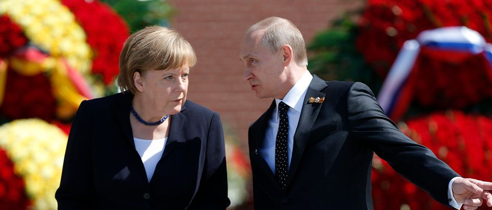 Russian President Vladimir Putin (R) and German Chancellor Angela Merkel attend a wreath-laying ceremony at the Tomb of the Unknown Soldier by the Kremlin walls in Moscow, Russia, May 10, 2015. Tanks and troops paraded across Moscow's Red Square on May 9 to mark the 70th anniversary of victory over Nazi Germany, an event boycotted by Western leaders over Russia's role in the Ukraine crisis. German Chancellor Angela Merkel skipped the parade, as did U.S. President Barack Obama and the French and British leaders, but attended a wreath-laying ceremony in Moscow on Sunday. REUTERS/Maxim Shemetov
