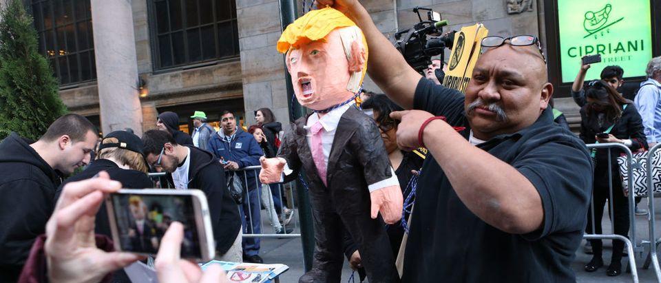 Trump-pinata-protest