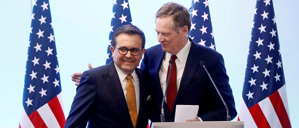 FILE PHOTO: U.S. Trade Representative Lighthizer embraces Mexican Economy Minister Guajardo during a joint news conference on the closing of the seventh round of NAFTA talks in Mexico City