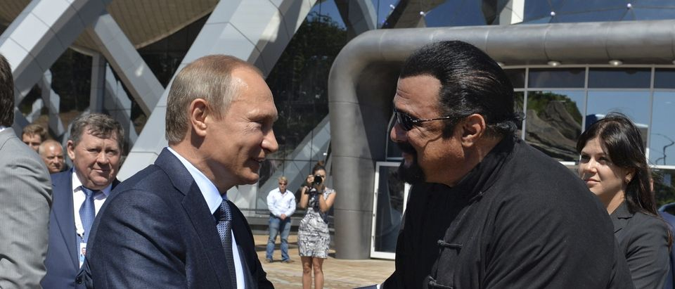 Russian President Vladimir Putin (L) shakes hands with U.S. actor Steven Seagal while visiting an oceanarium at Russky Island in the far eastern city of Vladivostok, Russia, September 4, 2015. Putin urged domestic and foreign investors on Friday to help develop Russia's vast Far East region, promising high returns and reassuring Asia-Pacific economies about their strategic importance. REUTERS/Alexei Druzhinin/RIA Novosti/Kremlin