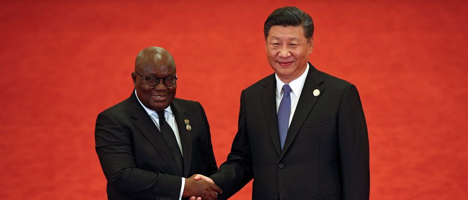 Niger President Mahamadou Issoufou, left, shakes hands with Chinese President Xi Jinping as they pose for photograph during the Forum on China-Africa Cooperation held at the Great Hall of the People in Beijing September 3, 2018. Andy Wong/POOL Via REUTERS - RC1F02D948E0