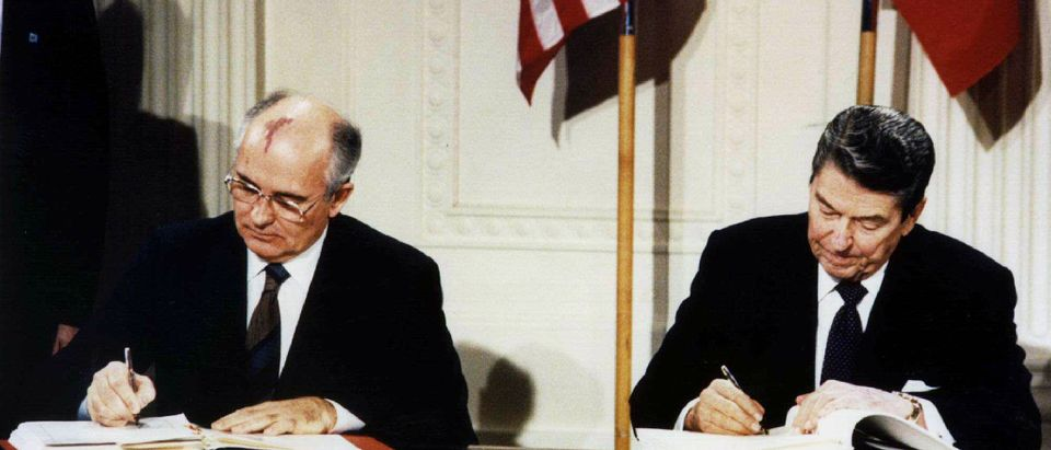 FORMER US PRESIDENT REAGAN AND SOVIET PRESIDENT GORBACHEV SIGN DOCUMENTS.