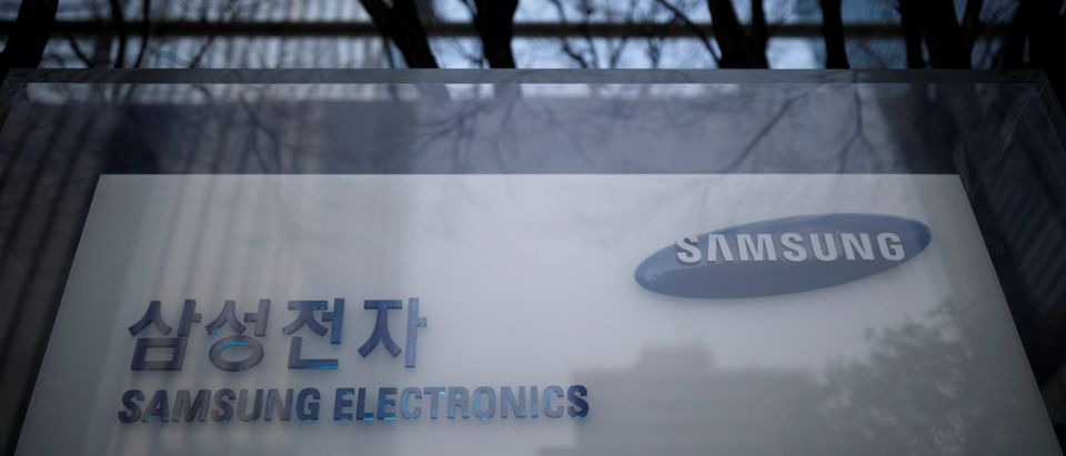 FILE PHOTO: The logo of Samsung Electronics is seen at its office building in Seoul, South Korea, March 23, 2018. REUTERS/Kim Hong-Ji