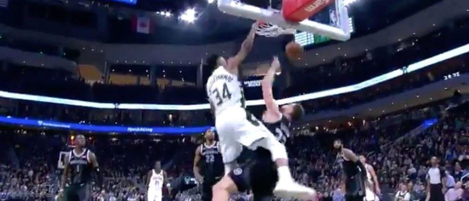Giannis dunk (Credit: Screenshot/Twitter Video Bleacher Report)