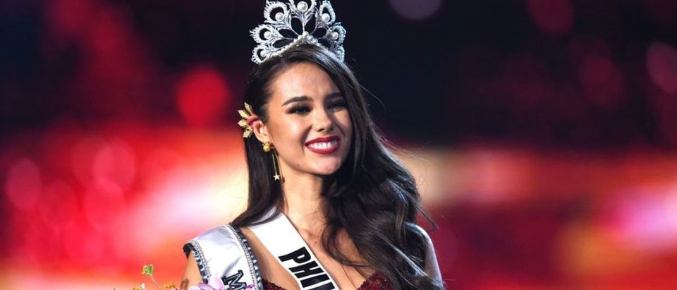 Catriona Gray of the Philippines smiles after being crowned the new Miss Universe 2018 on December 17, 2018 in Bangkok. (Photo credit: LILLIAN SUWANRUMPHA/AFP/Getty Images)