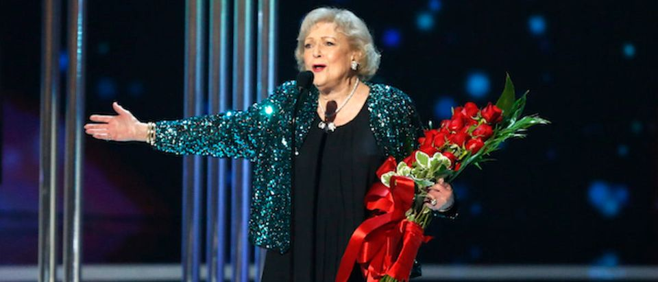 Actress Betty White accepts the favorite TV Icon award during the 2015 People's Choice Awards in Los Angeles, California January 7, 2015. REUTERS/Mario Anzuoni