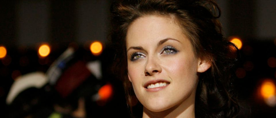 "Cast member Kristen Stewart poses at the premiere of the movie ""Twilight"" at the Mann Village and Bruin theatres in Westwood, California November 17, 2008. The movie is based on the novel of the same name by Stephenie Meyer and opens in the U.S. on November 21. REUTERS/Mario Anzuoni"