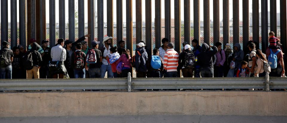 Migrants queue to request asylum after crossing illegally into El Paso, in this picture taken from Ciudad Juarez, Mexico April 21, 2019. REUTERS/Jose Luis Gonzalez