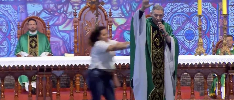 Father Marcelo Rossi is pushed off the altar during mass in Brazil (Portal UAI/Youtube)