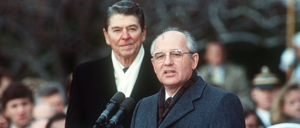 This December 1987 photo shows U.S. President Ronald Reagan (L) with Soviet leader Mikhail Gorbachev during welcoming ceremonies at the White House on the first day of their disarmament summit. (Photo: AFP PHOTO / JEROME DELAY/Getty Images)