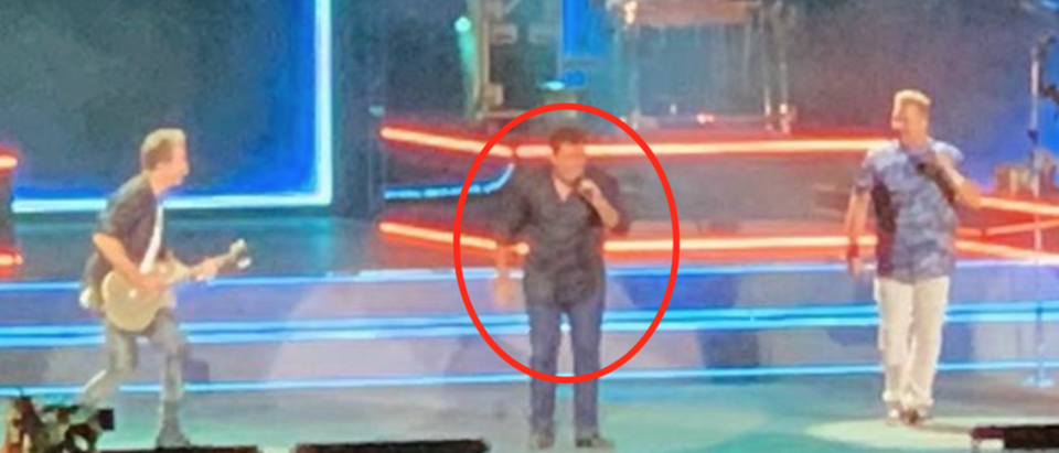 Fox News anchor Bret Baier raps onstage at Rascal Flatts concert. Screen Shot/Instagram/@BretBaier