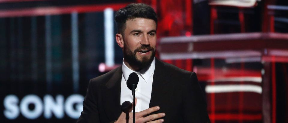 "2018 Billboard Music Awards - Show - Las Vegas, Nevada, U.S., 20/05/2018 - Sam Hunt accepts the Top Country Song award for ""Body Like A Back Road."" REUTERS/Mario Anzuoni"