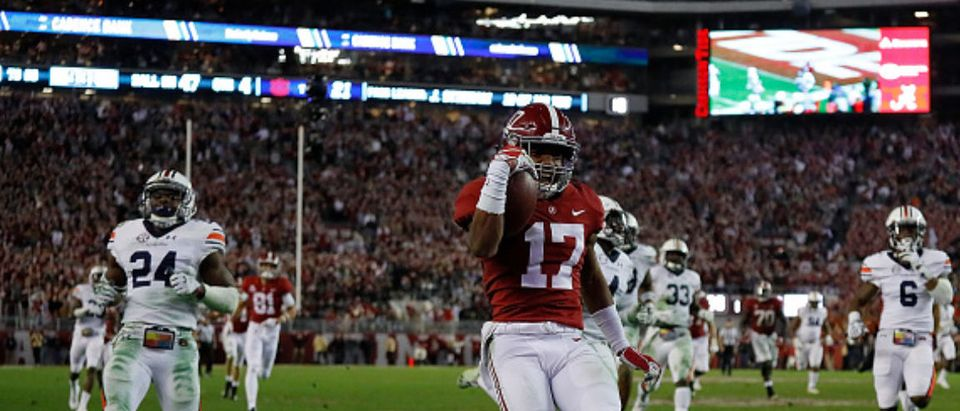 TUSCALOOSA, AL - NOVEMBER 24: Jaylen Waddle #17 of the Alabama Crimson Tide takes in this reception for a touchdown against the Auburn Tigers at Bryant-Denny Stadium on November 24, 2018 in Tuscaloosa, Alabama. (Photo by Kevin C. Cox/Getty Images)