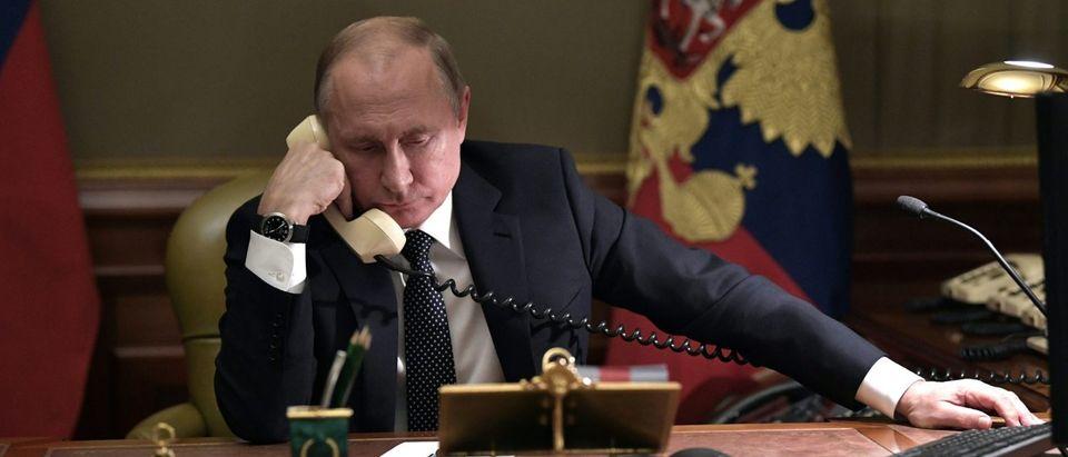 TOPSHOT-RUSSIA-PUTIN-PHONE