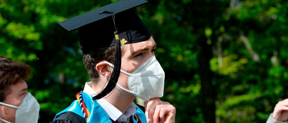 US-HEALTH-VIRUS-EDUCATION-GRADUATION-OFFBEAT