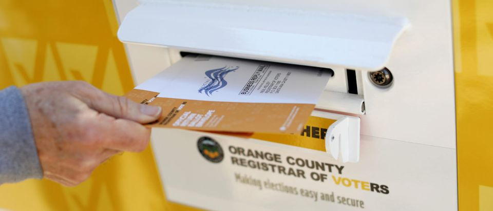 A voter drops ballots for the March 3 Super Tuesday primary into a mobile voting mail box in California, U.S., Feb. 24, 2020. Picture taken Feb. 24, 2020. (REUTERS/Mike Blake)