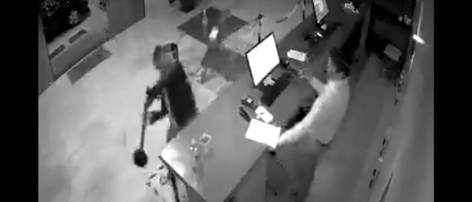 A man attacks a hotel clerk in Brazil (Estado de Minas)