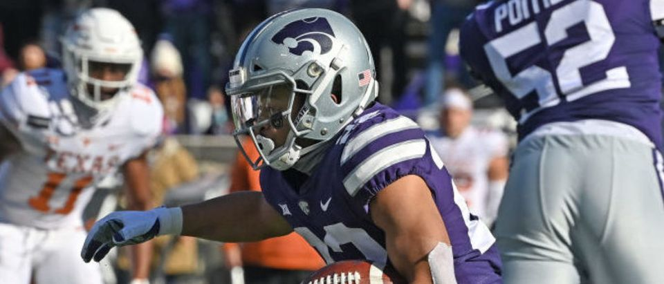 MANHATTAN, KS - DECEMBER 05: Running back Deuce Vaughn #22 of the Kansas State Wildcats rushes to the outside during the second half against the Texas Longhorns at Bill Snyder Family Football Stadium on December 5, 2020 in Manhattan, Kansas. (Photo by Peter Aiken/Getty Images)