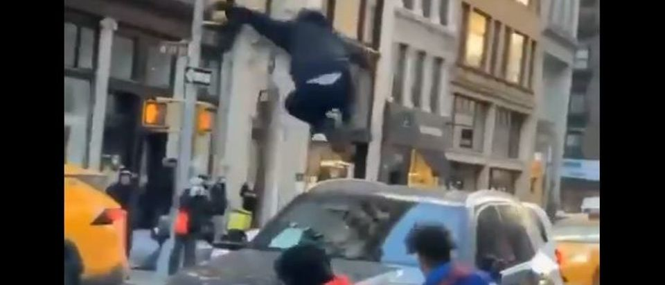 Video shows NYC cyclists attacking car (Twitter screengrab)