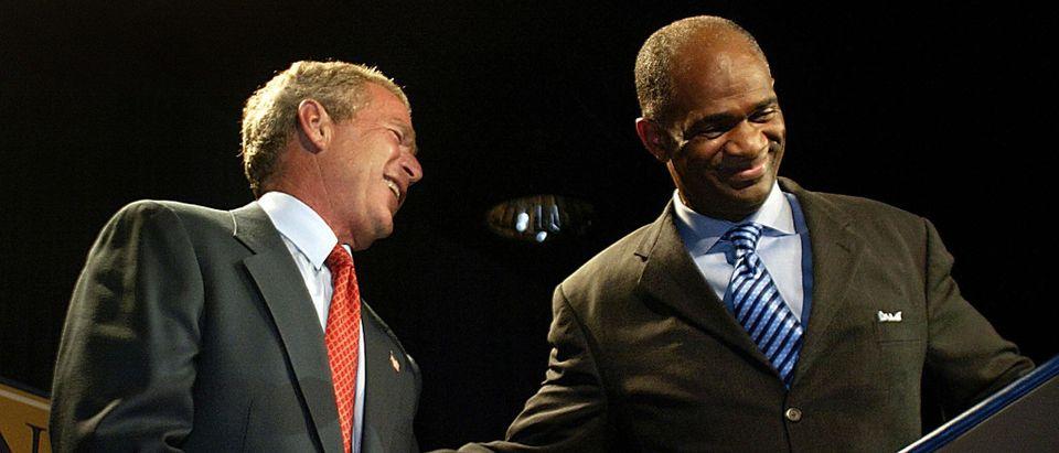 US President George W. Bush (L) is greet