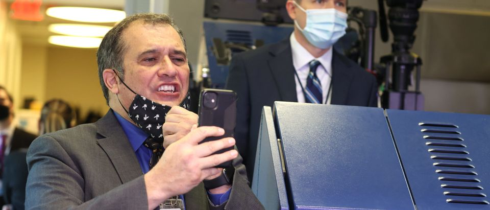 Reporter Brian Karem pulls hit face mask down to shout a question to U.S. President Donald Trump as he leaves the James Brady Press Briefing Room at the White House on November 20, 2020 in Washington, DC. (Tasos Katopodis/Getty Images)